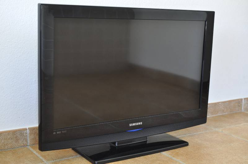 samsung 32 inch 81 cm lcd tv classified ad images. Black Bedroom Furniture Sets. Home Design Ideas