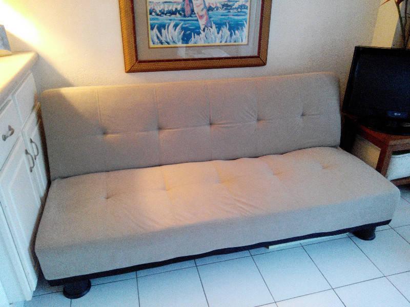 Canap gris clair annonce meubles et d coration baie for Decoration canape gris