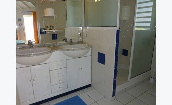 meuble salle de bain blanc et marbre gris