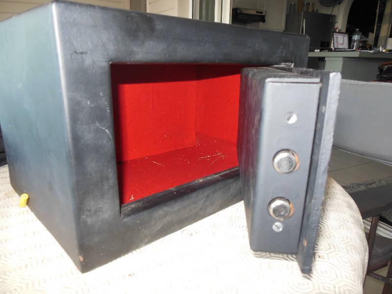petit coffre fort annonce meubles et d coration friar 39 s bay saint martin. Black Bedroom Furniture Sets. Home Design Ideas
