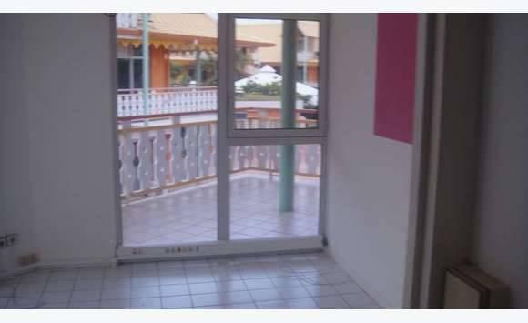 bureau au 1er etage howell center 68 000 bureaux commerces soci t s saint martin. Black Bedroom Furniture Sets. Home Design Ideas