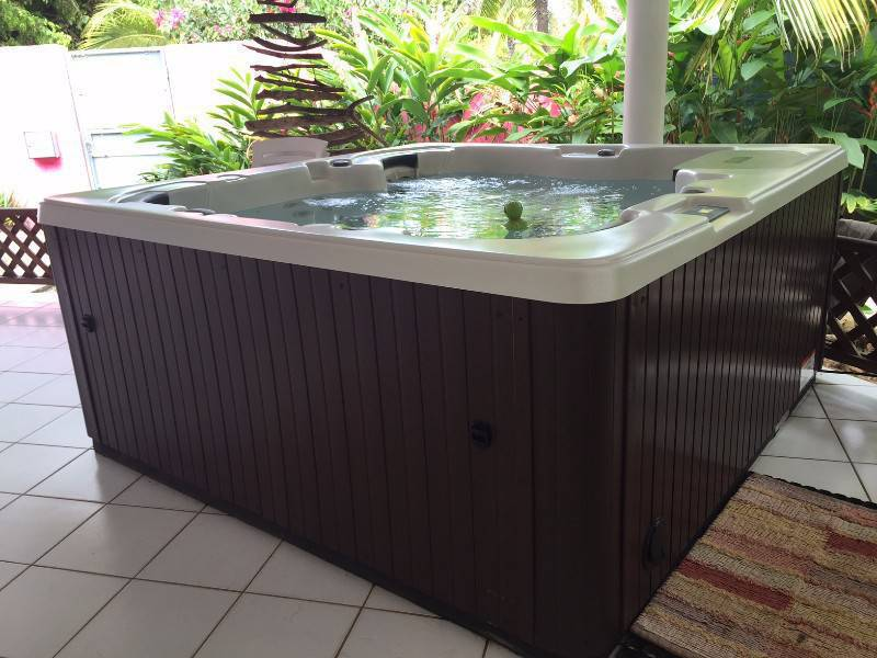 jacuzzi 6 places annonce mobilier et quipement d 39 ext rieur r mire montjoly guyane. Black Bedroom Furniture Sets. Home Design Ideas