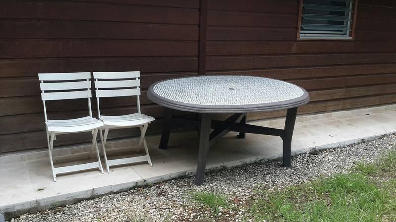 Table et 2 chaises plastique annonce mobilier et for Chaise plastique exterieur