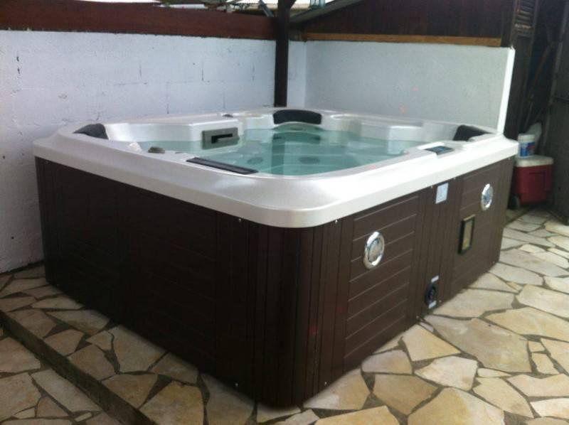 jacuzzi annonce mobilier et quipement d 39 ext rieur guyane. Black Bedroom Furniture Sets. Home Design Ideas