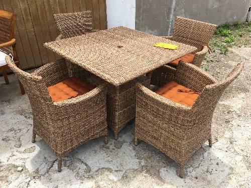 Table fauteuils coussins annonce mobilier et for Table exterieur orientale
