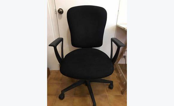 Chaise de bureau noire avec accoudoires. meubles et décoration