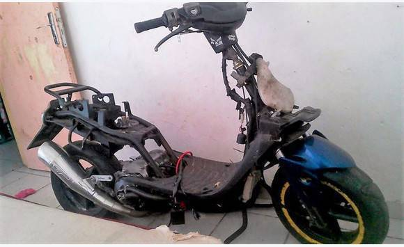 Ancien Scooter cadre booster + carénage ancien modèle - motos - scooter - quad