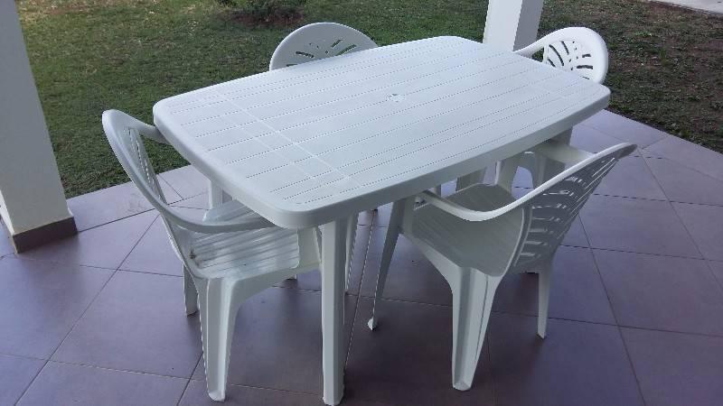 Table plastique et 4 chaises annonce mobilier et for Table exterieur plastique noir