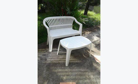 Un banc+ petite table de jardin