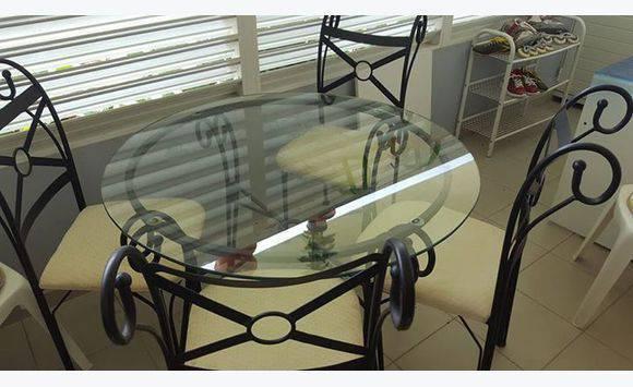 Meuble tv table en verre ronde avec 4 chaises annonce for Table ronde en verre avec 4 chaises