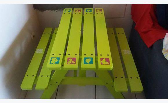 Une table de jardin en bois pour enfant - Meubles et Décoration ...
