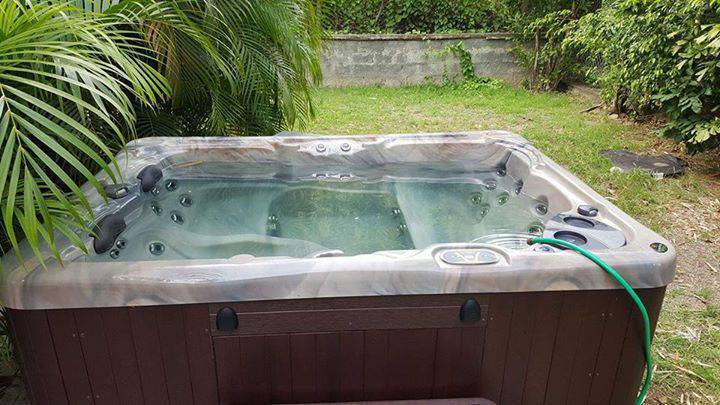 Jacuzzy spa full option 4 places 30jet annonce for Spa 4 places exterieur