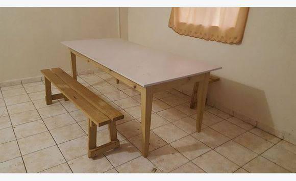 Grande table en bois de sapin + 2 bancs  Annonce  Meubles et Décoration May