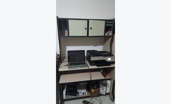 bureau d ordinateur robuste et multifonction annonce meubles et d coration christ church. Black Bedroom Furniture Sets. Home Design Ideas
