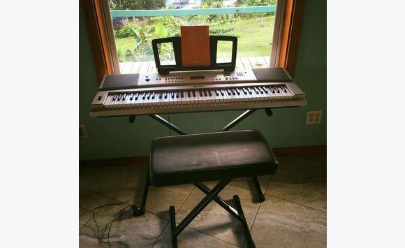 si ge et clavier de piano annonce instruments de. Black Bedroom Furniture Sets. Home Design Ideas
