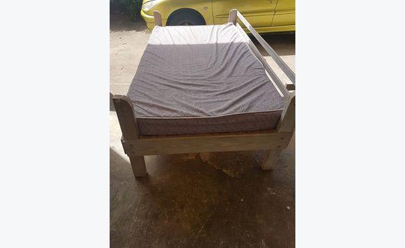 2 camas individuales de madera con colchón - Anuncio - Muebles y ...