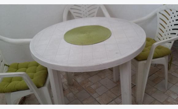 table blanche ronde et 3 chaises jardin